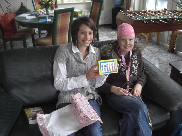 Marlotte en Eva samen op de bank bij ons thuis, Met de zelfgemaakte kaart van Eva en het cadeau natuurlijk