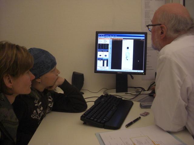 De Radioloog legt ons in detail uit wat hij ziet en hoe hij Eva het beste denkt te kunnen behandelen