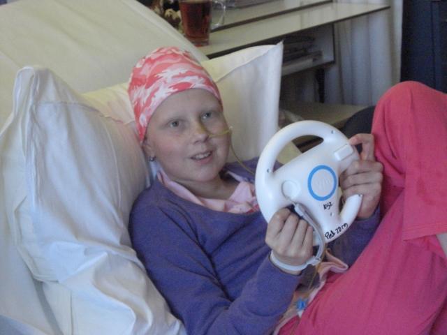 Heeft Eva rijles in het ziekenhuis, of is dit het stuur van de Wii, in iedergeval zie ik weer een glimlach!