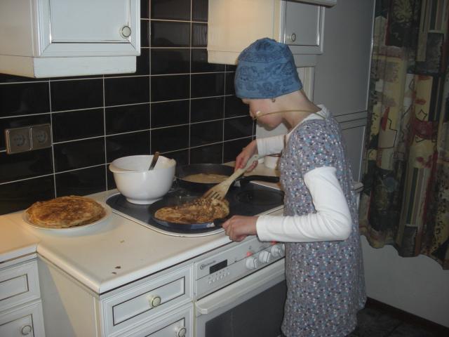 Eva thuis aan het pannekoeken bakken! wie had dat een week geleden durven voorspellen? het bewijst maar weer eens wat er bij God onze vader allemaal mogelijk is!