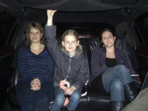 Tessa, (Amy) en Chantal, achter in de Limousine op de terugreis