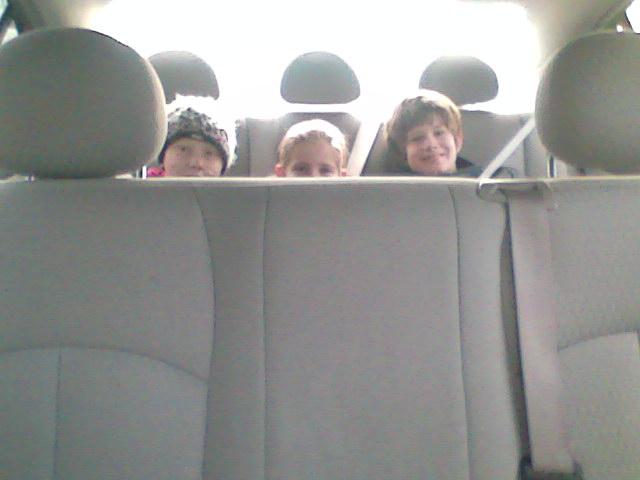 Eva, Sven en Amy samen op de achterbank in de verlengde limosine taxi, leuk geregeld van taxi de Vos, het waren die dag echt prins en prinsessen